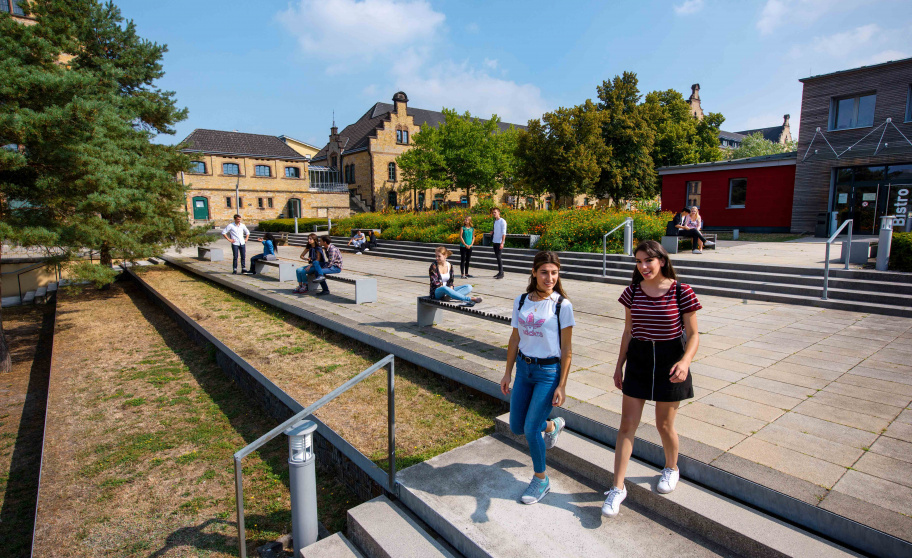 Students walking across the Osnabrück UAS campus